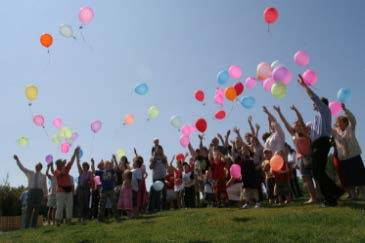 picture of people releasing balloons